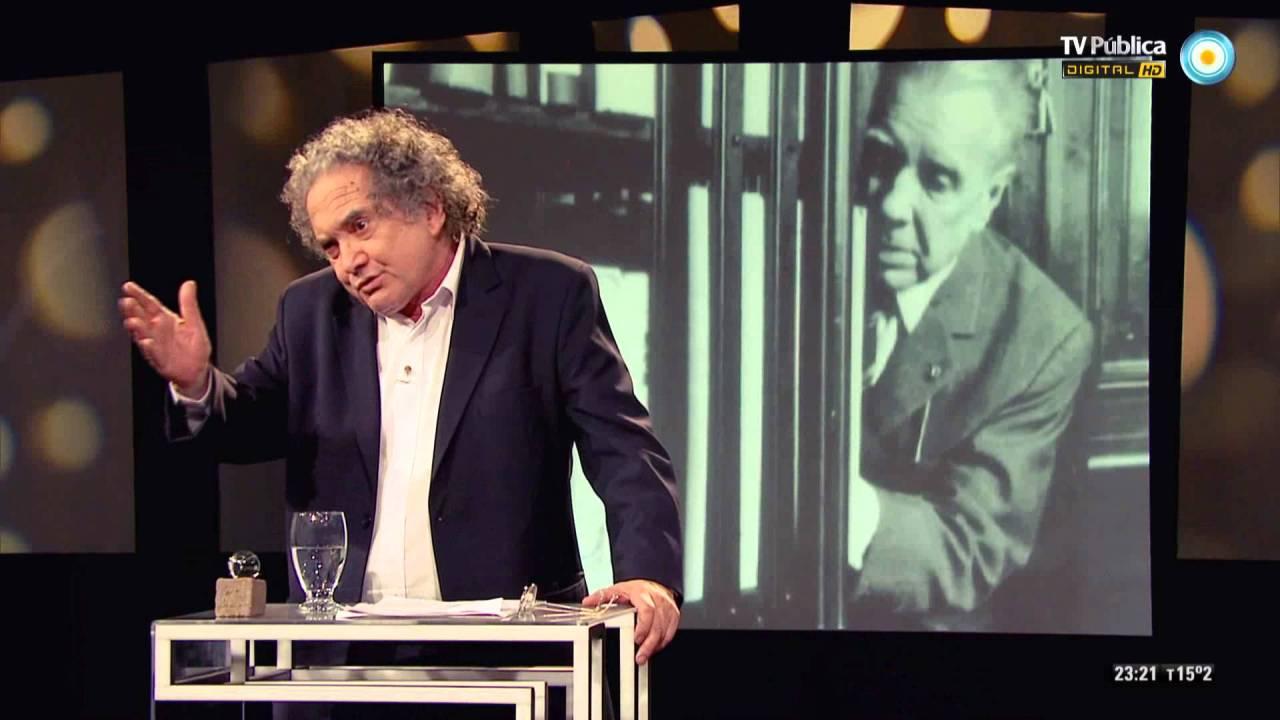 Ricardo Piglia en una de las populares clases que dio sobre Borges en la TV Pública.